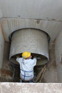 foto 5: invoeren GVK buisdeel in bestaande riolering.